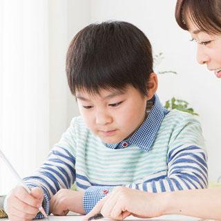 宿題に集中する息子